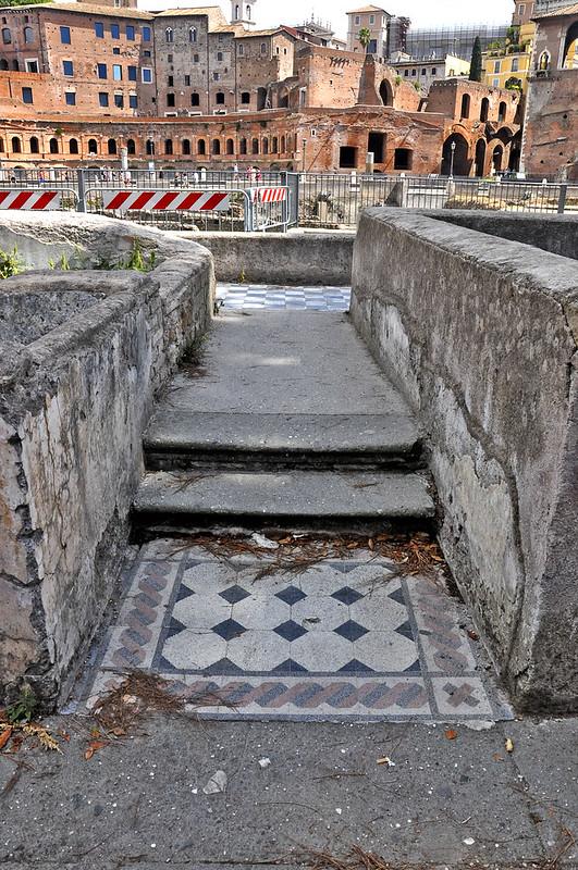 resti dei piani interrati delle abitazioni della via Alessandrina, demoliti nel corso degli scavi al foro traiano