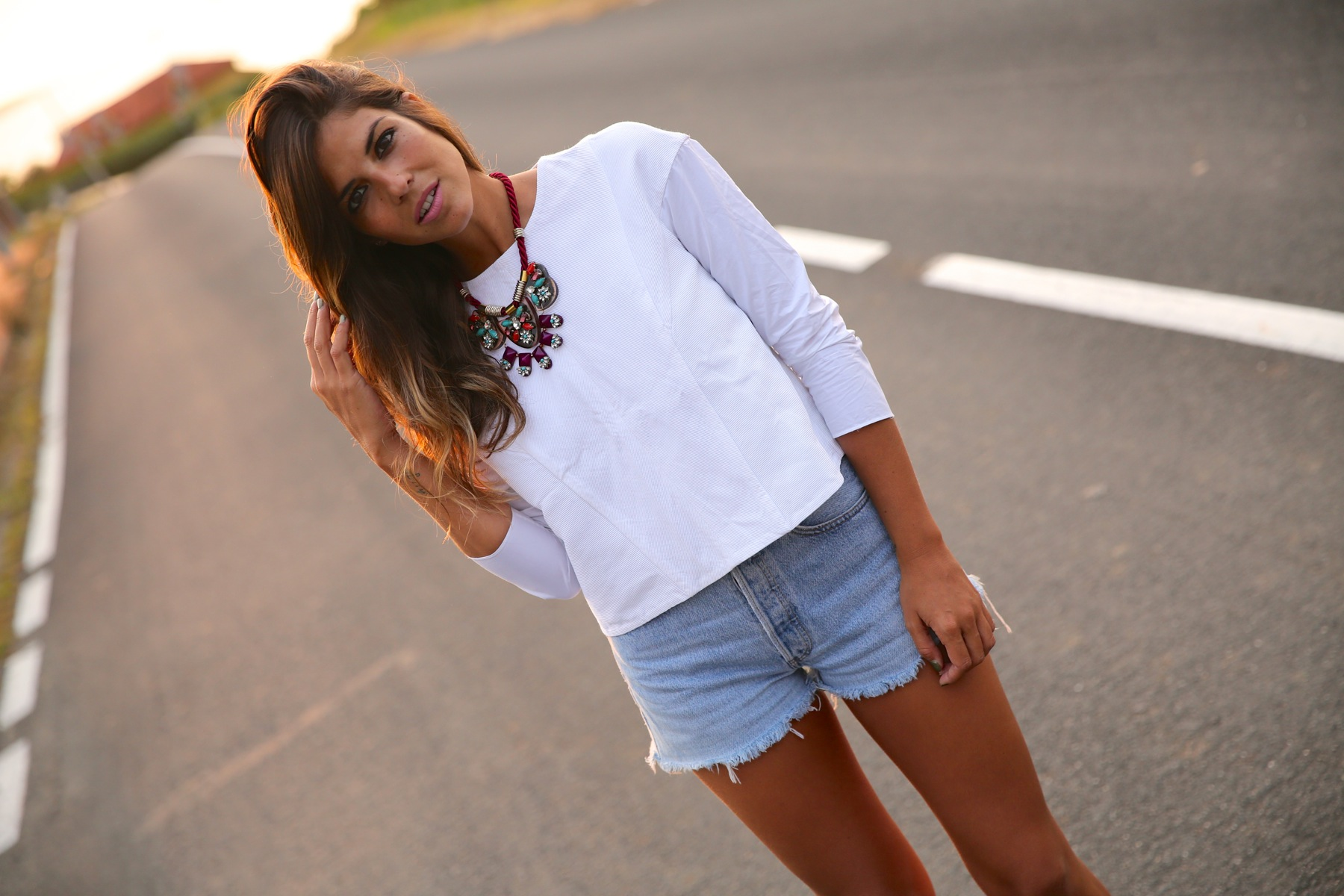trendy_taste-look-outfit-street_style-ootd-blog-blogger-fashion_spain-moda_españa-coach-silver_sandals-sandalias_plata-white_top-top_blanco-levi's-denim_shorts-shorts_vaqueros-8