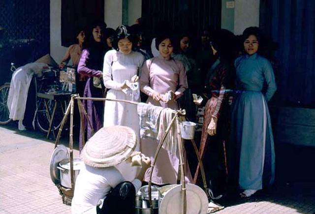 SAIGON 1965-66 - Những cô gái thích ăn quà