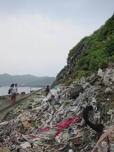 9月19日的蘋果日報報導,新聞照片中的垃圾山,讓人怵目驚心。照片提供:台灣環境資訊中心