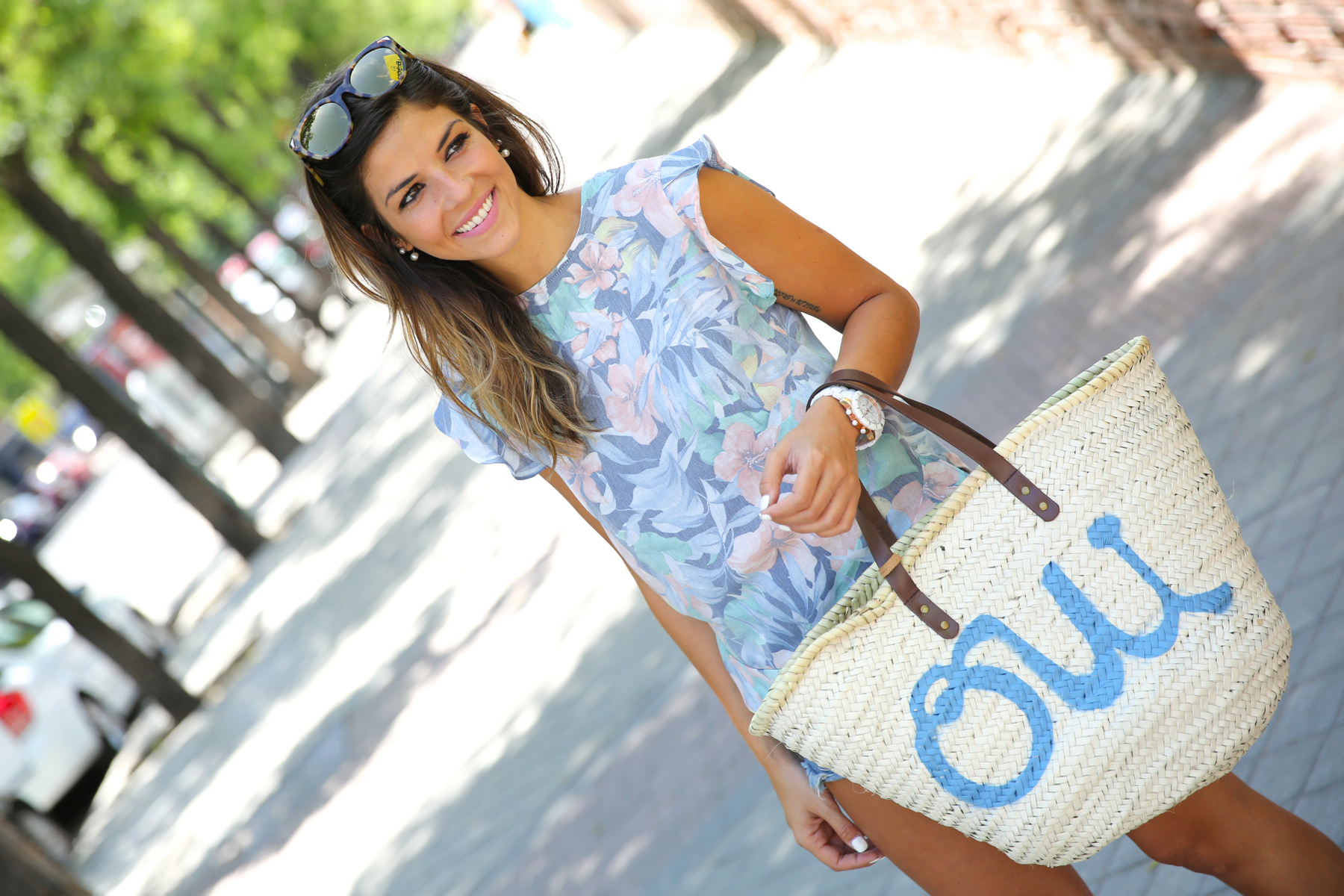 trendy_taste-look-outfit-street_style-oot-blog-blogger-fashion_spain-moda_españa-flower_print-estampado_flores-capazo-verano-summer-beach-playa-zara-denim_shorts-shorts_vaqueros-hype-6