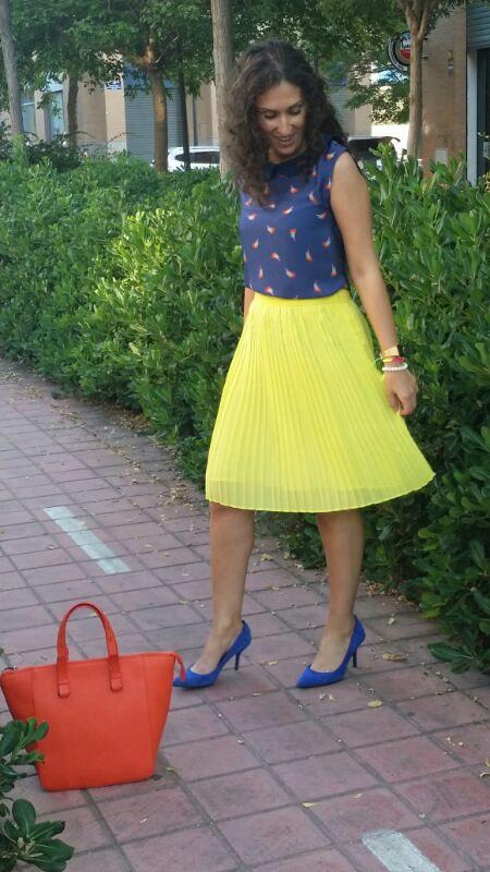colour block, falda plisada amarilla, top azul marino, pajaritos naranjas, zapatos azul Klein, bolso naranja flúor, yellow pleated skirt, navy blue top, orange bird, Klein blue shoes, fluorine orange bag, Suiteblanco, Mango, Zara, Casio, Ray – Ban, Parfois, Day – a –Day