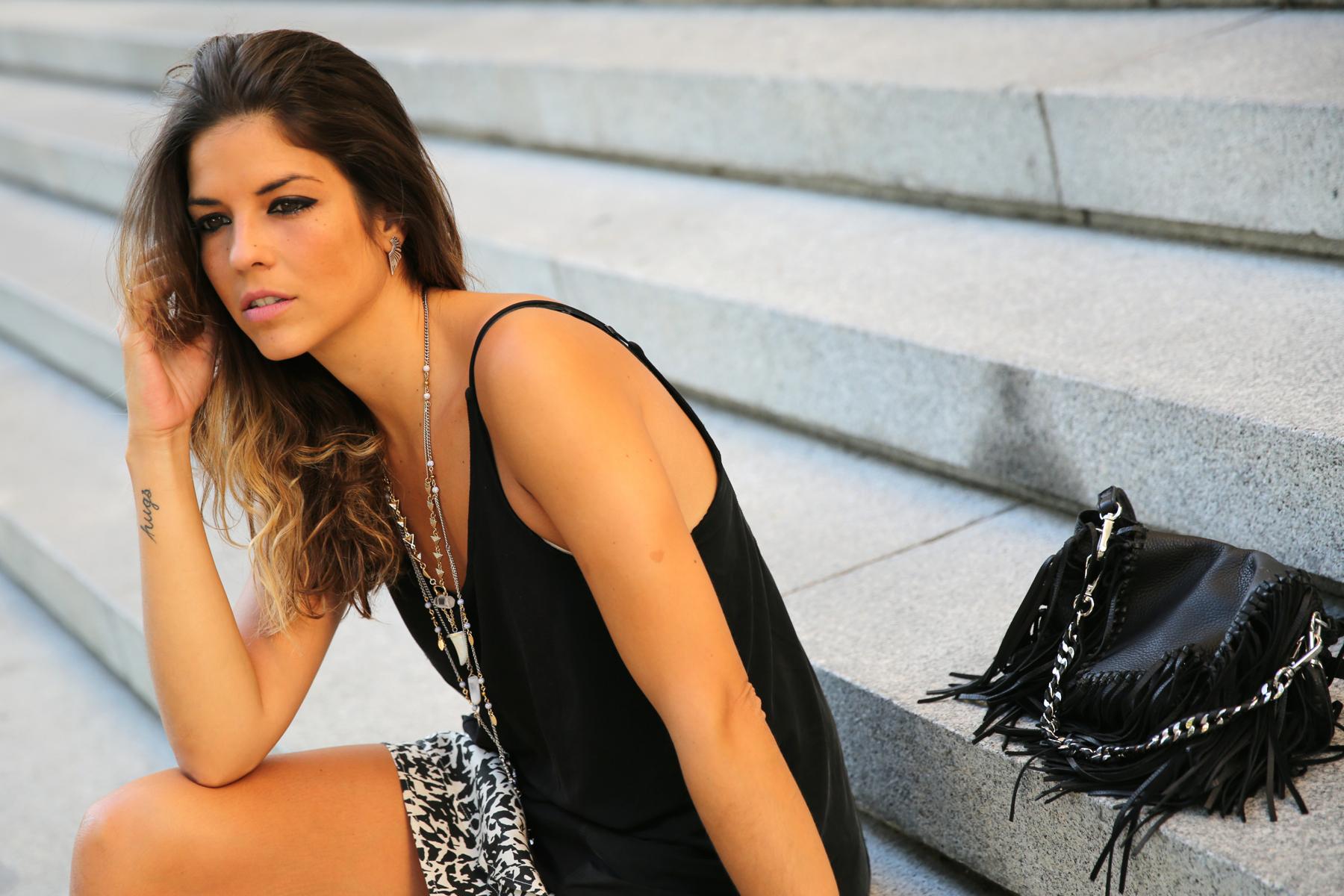 trendy_taste-look-outfit-street_style-ootd-blog-blogger-fashion_spain-moda_españa-animal_print-boho-casual-falda-skirt-black_booties-botines_negros-jeffrey_campbell-zara-bolso_flecos-vintage-10