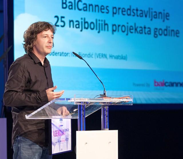 Vladimir Ćosić, kreativni direktor na McCann Beograd ja prima nagradata za najuspesna agencija