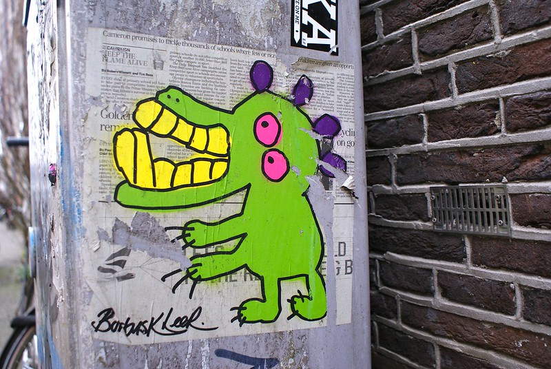 Street art, dentition monstrueuse et yeux roses à Amsterdam.