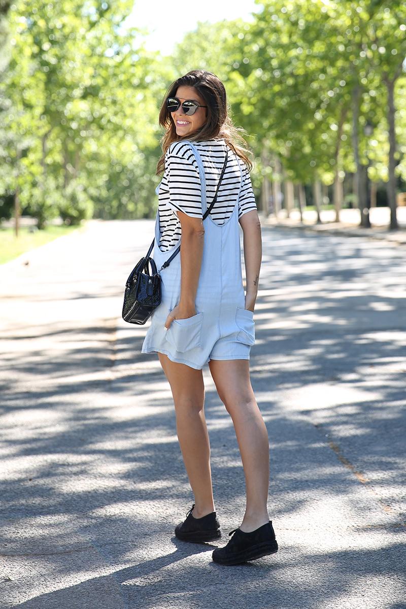 trendy_taste-look-outfit-street_style-ootd-blog-blogger-fashion_spain-vaquero_claro-peto_vaquero-tirantes-striped_tee-camiseta_rayas-marinero-dior_sunnies-gaimo-13