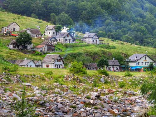 Tra le case della Vale Loana by Ylbert Durishti