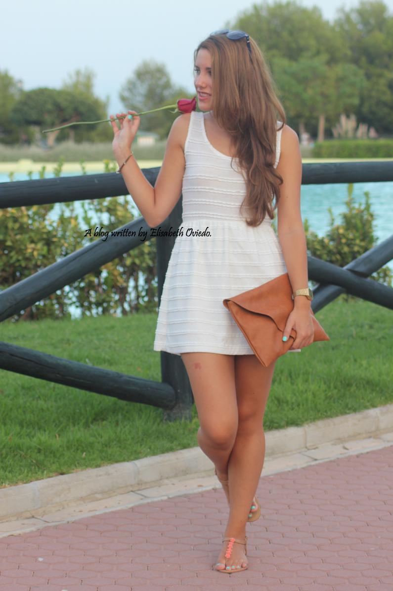 vestido-blanco-clutch-marrón-y-sandalias-marrones-con-fores-coral-MARYPAZ---HEELSANDROSES-(2)