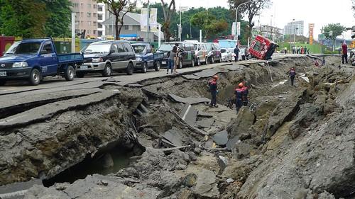 巨大的爆炸力道將路面掀開。