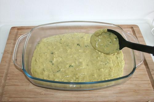 35 - Sauce in Auflaufform geben / Fill sauce in casserole