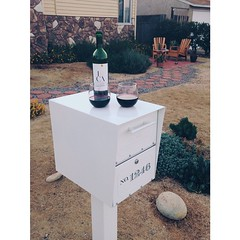 When I chose this mailbox I swear I wasn't thinking about how beautifully it would also function as a wine bar! @aranamama #fridaynight #wine #mailbox #frontyard