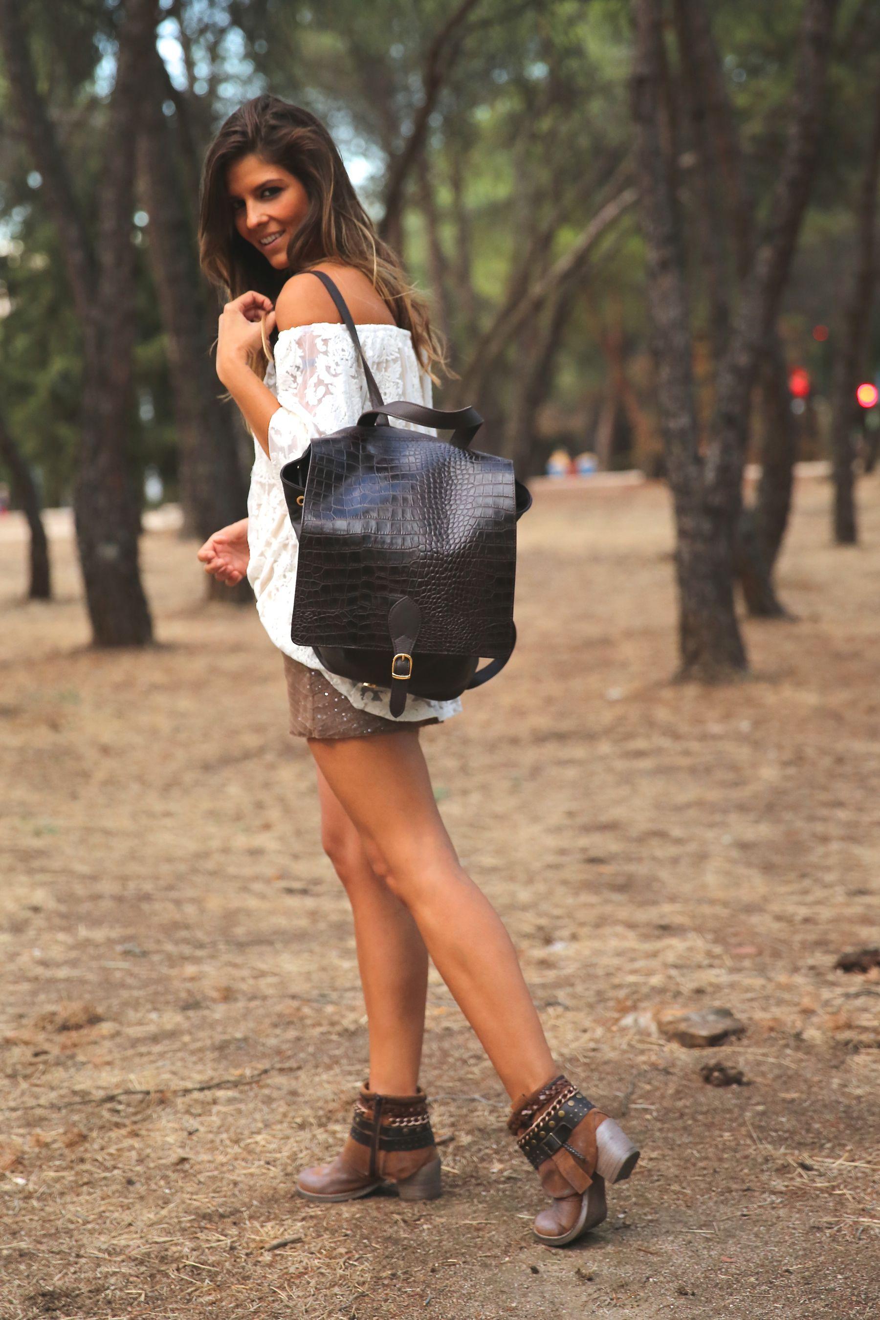 trendy_taste-look-outfit-street_style-ootd-blog-blogger-fashion_spain-moda_españa-primavera/verano-boho-trendy-planes_de_día-lentejuelas-falda-botines-étnico-mochila-crochet-encaje-9