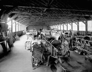 Royal Flying Corps Canada, aeroplane repair section at Camp Borden, Ontario, 1917 / Royal Flying Corps (Corps royal d'aviation) Canada, centre de réparation des avions, Camp Borden, Ontario, 1917