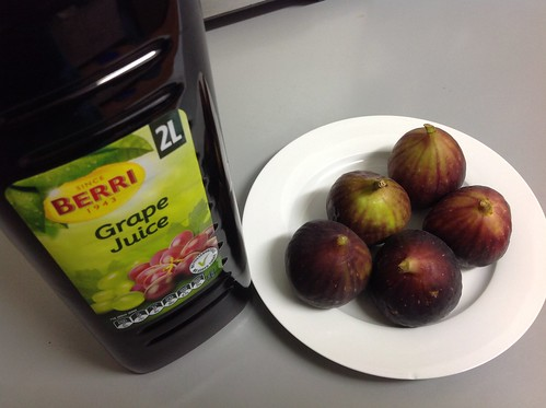 Fresh figs and grape juice