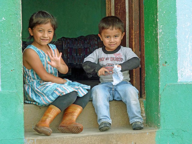 Niños saludando en San Juan La Laguna (Lago Atitlán, Guatemala)