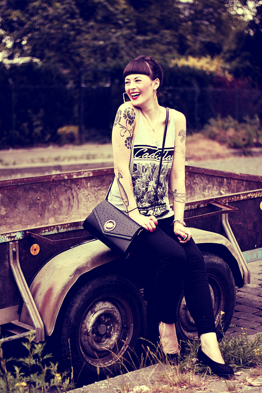CASUAL_OUTFIT_BERLIN_NEUKOELLN_BLOG_BLACK_JEANS_H&M_BAG_VINTAGE_PUMPS_PRIMARK_SHIRT_PINUP_PONY_DUTT_MAKEUP_VIOROSIE_TATTOOS (2)