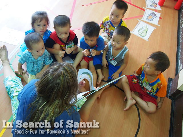 volunteer pre-school bangkok reading together
