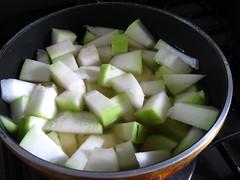 煮汁と冬瓜を入れ、柔らかくなるまで煮ます