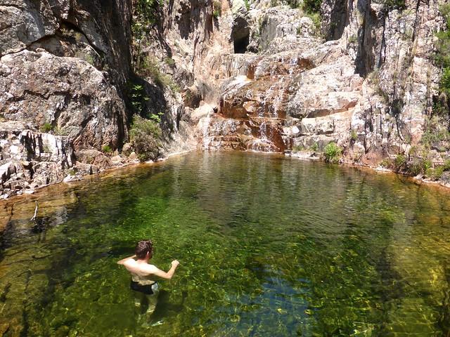 Baignade dans la vasque sous le seuil rocheux