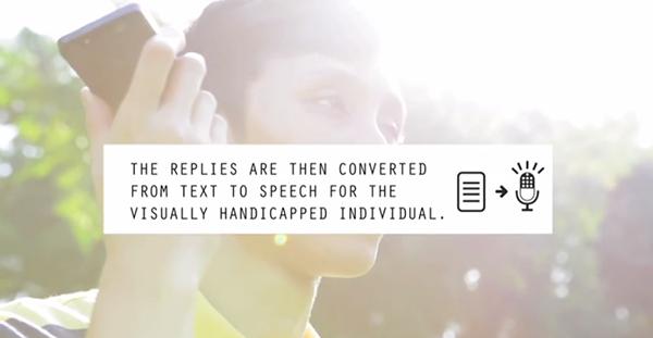 MySmartEye 사용자가 스마트폰에 전달된 자원봉사자의 답장을 듣고 있다.