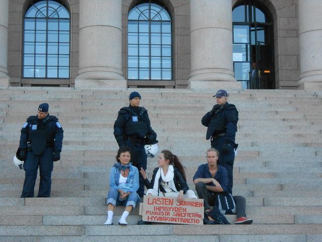Mielenosoitus eduskuntatalolla 4.9.2014 - A