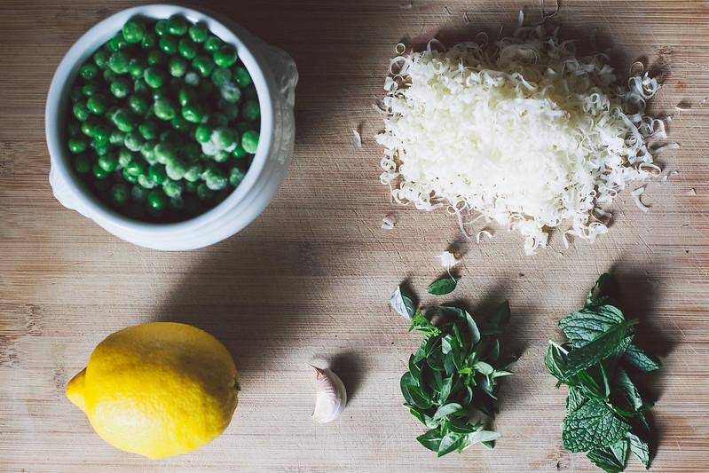 Crostini de Pesto de Ervilha e Hortelã com Cottage