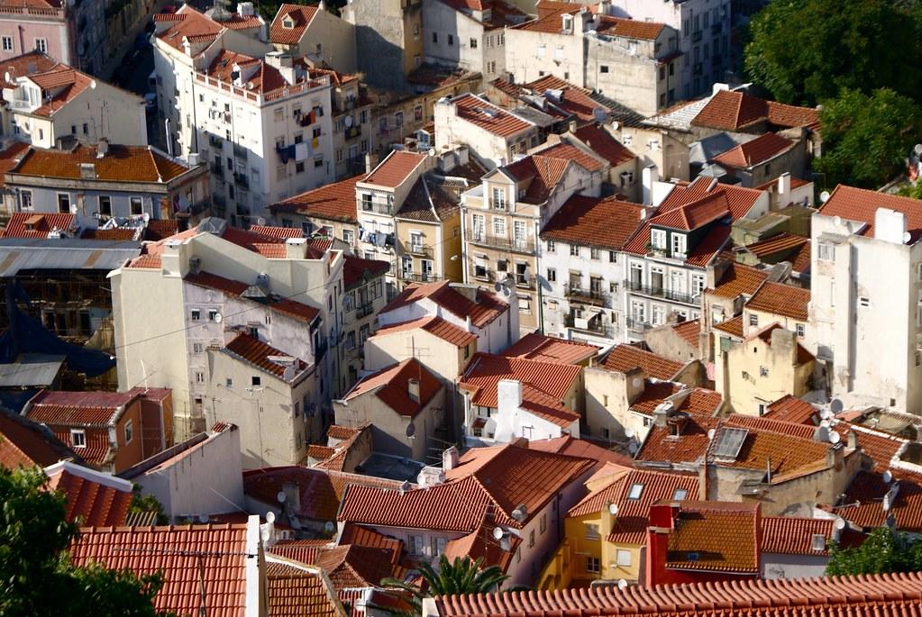 Vue sur les toits du quartier au pied de la colline depuis le chateau Saint George à Lisbonne.