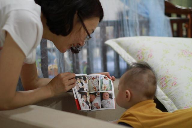 真的在看小書上的照片呢!