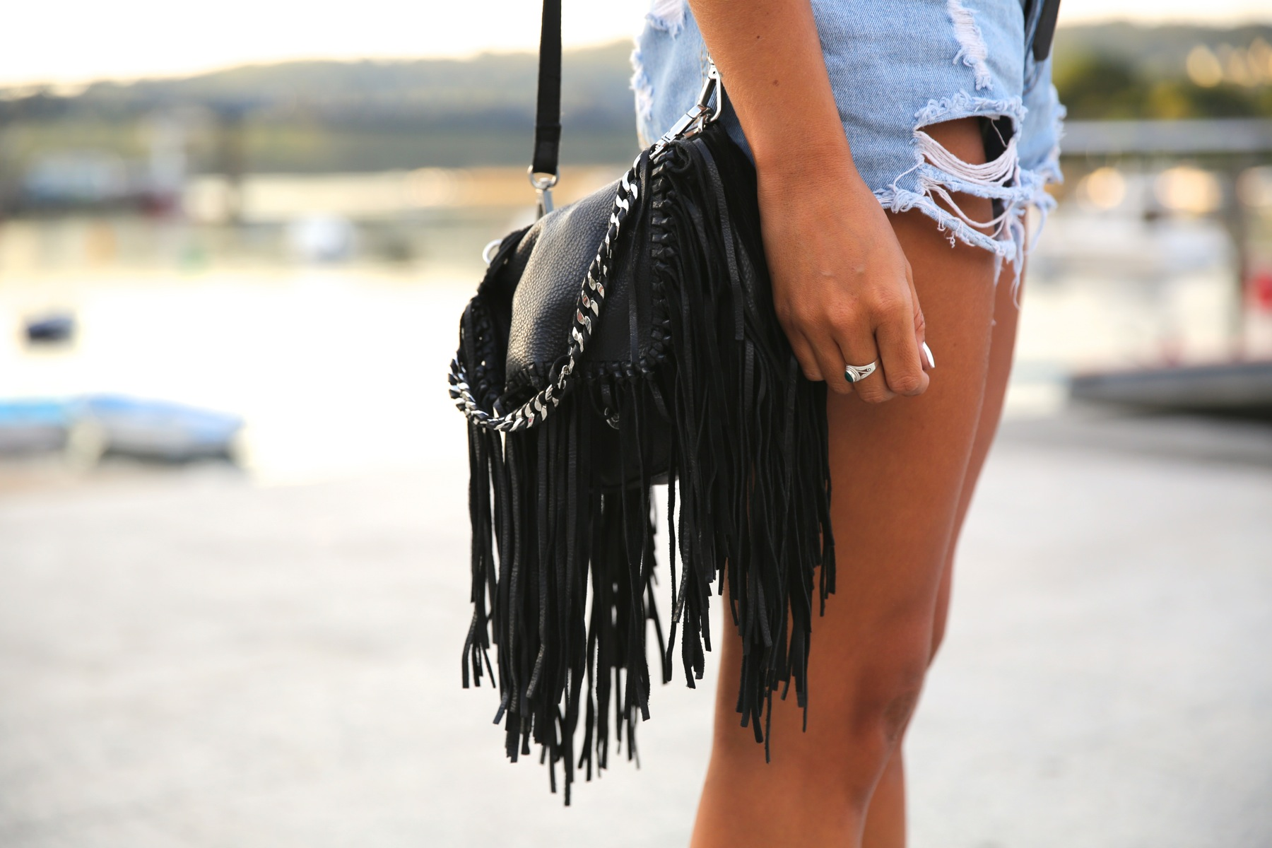 trendy_taste-look-outfit-street_style-ootd-blog-blogger-fashion_spain-moda_españa-denim_shorts-shorts_vaqueros-sandalias-sandals-verano-summer-leather_top-top_cuero-galicia-1