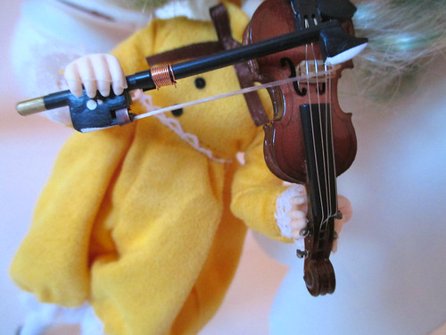 Kanaria playing violin