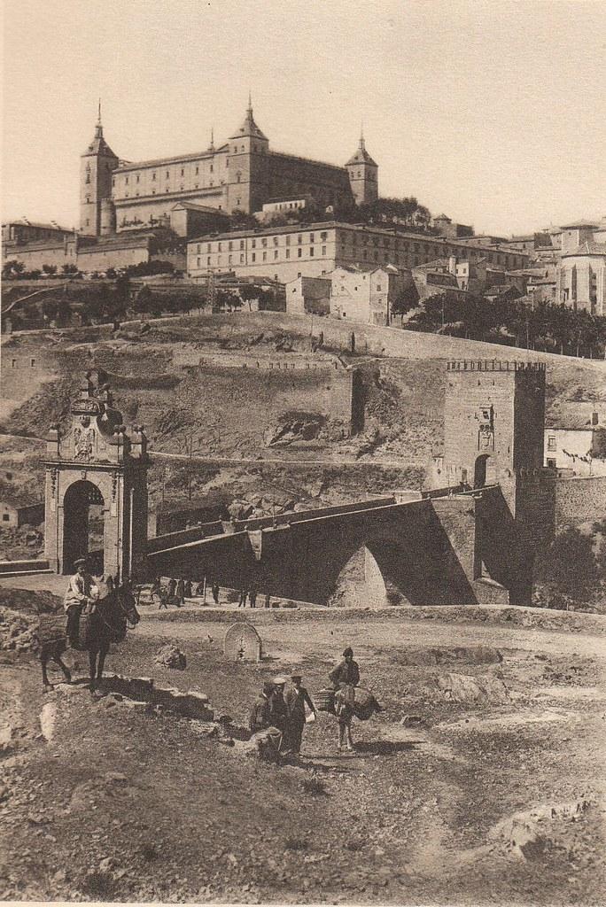 Puente de Alcántara y Alcázar a principios del siglo XX. Fotografía de Frédéric Boissonnas publicada en el libro L´Espagne, provinces du Nord, de Tolède a Burgos de Octave Aubry en 1930