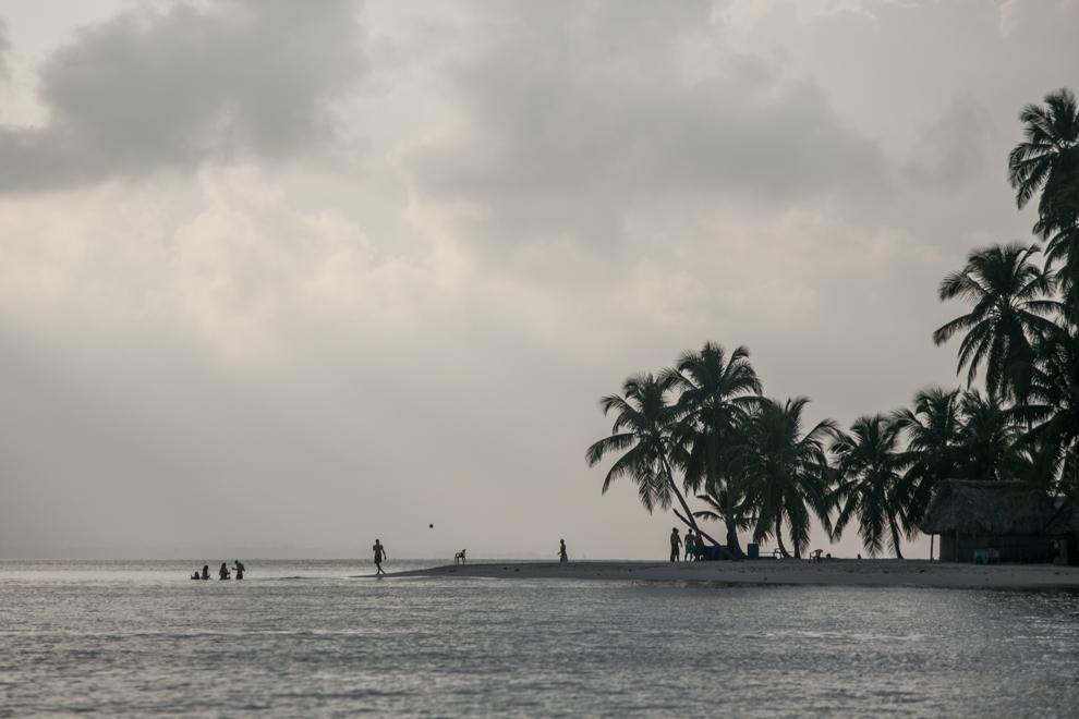 Turistas juegan al futbol, minutos después del atarceder, en una pequeña isla del Archipiélago de San Blas, que generalmente alberga entre 6 y 8 bungalows. (Tetsu Espósito)