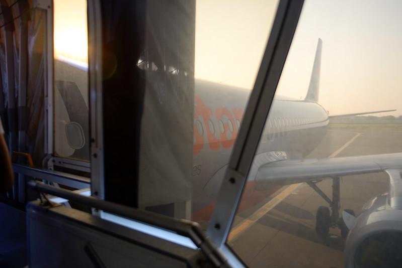 【不給拍照】剛下接駁巴士時本來想拍飛機的,卻被制止了,只好從登機橋偷拍了
