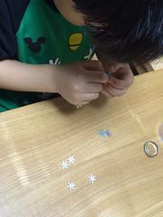 ビーズに糸を通すという細かい作業をするとらちゃん 2014/6