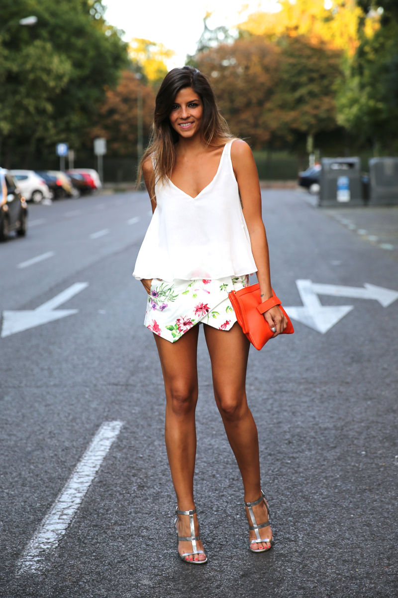 trendy_taste-look-outfit-street_style-ootd-blog-blogger-fashion_spain-moda_españa-sandalias_plateadas-silver_sandals-flower_print-falda_flores-top_blanco-11