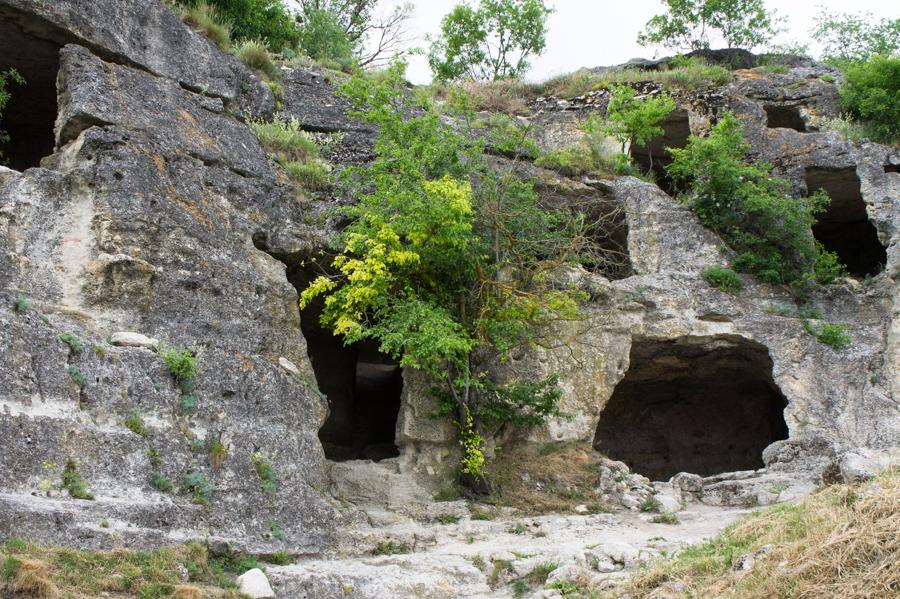 Древние стены Чуфут Кале, Крым © Kartzon Dream - авторские путешествия, авторские туры в Индию, тревел видео, фототуры