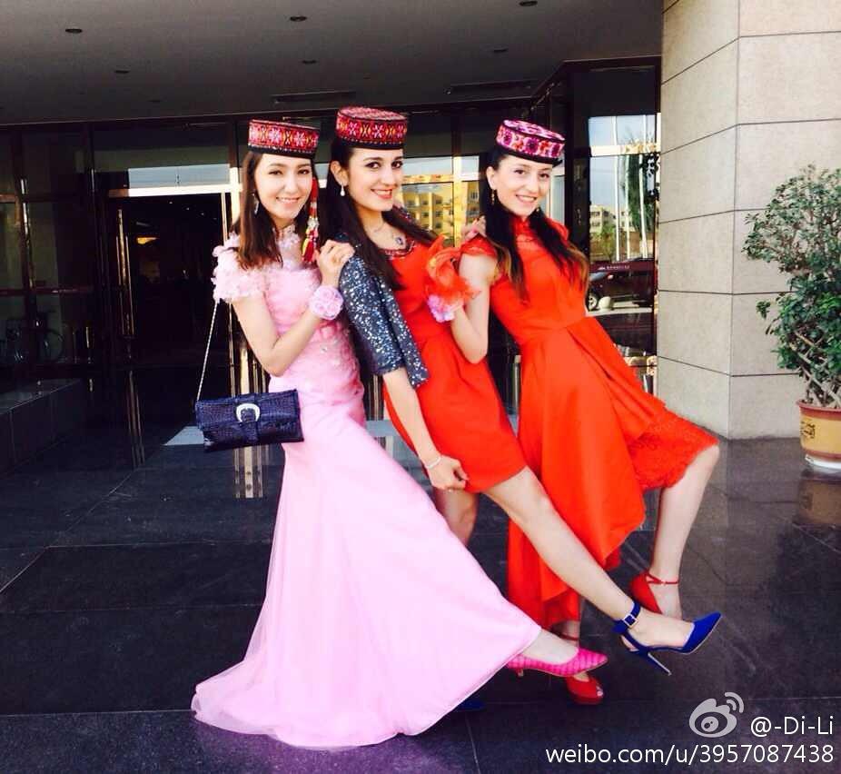 身著民族服裝、出席好友婚禮的迪麗熱巴·牙合甫