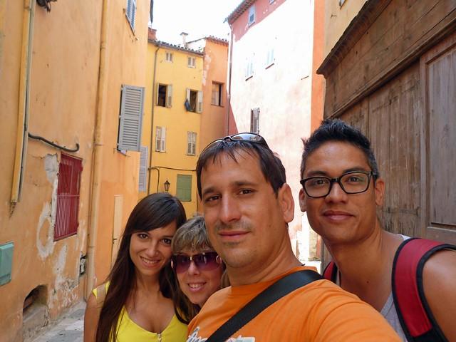 Los cuatro en una calle de Grasse (Provenza, Costa Azul, Francia)