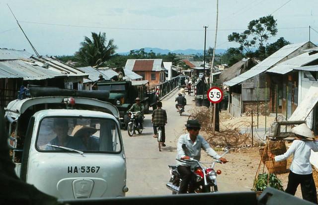 PHÚ YÊN 1970-71 - Waiting to cross bridge