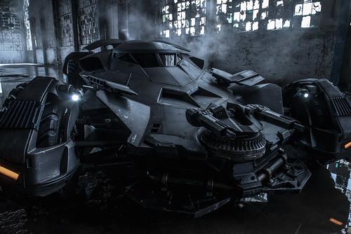 140911(2) - 巨幅『蝙蝠車』正面特寫今天問世、電影《蝙蝠俠對超人:正義曙光》於2016/3/25上映!