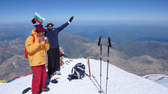 Widok ze szczytu Elbrus (5642m) na północ. Ekipa z Bułgarii.