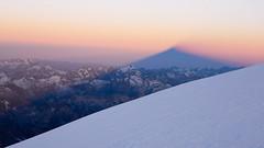 Podejscie na szczyt gdzieś na wys. 5100m.  Widoczny cień wierchołka Elbrus.