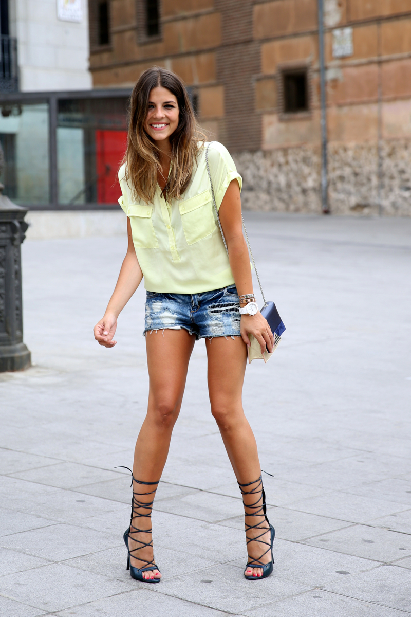 trendy_taste-look-outfit-street_style-ootd-blog-blogger-fashion_spain-moda_españa-yellow_blouse-camisa_amarilla-denim_shorts-shorts_vaqueros-sandalias_romanas-gladiators-mas34-folli_follie-12