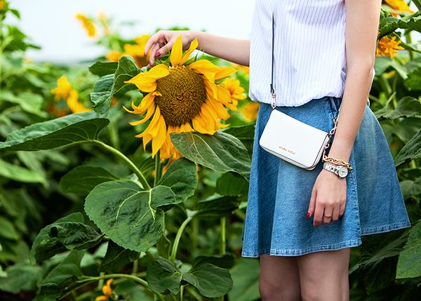denim circle skirt, sunflowers, mini crossbody bag, חצאית ג'ינס, תיק מיני, שדה חמניות