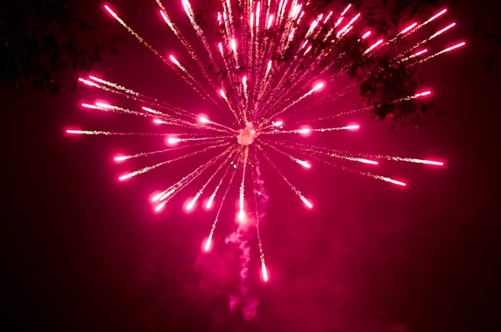 """Fuegos artificiales dan inicio al evento popular """"Kambá Ra'angá"""", en las fiestas por el día de San Pedro y San Pablo, en la localidad de Itaguazú, distrito de Altos, departamento de Cordillera. (Elton Núñez)"""