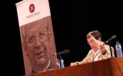 Josep Masabeu, en un moment de la seva intervenció al teatre del Centre Parroquial d'Arbúcies. Foto:MC