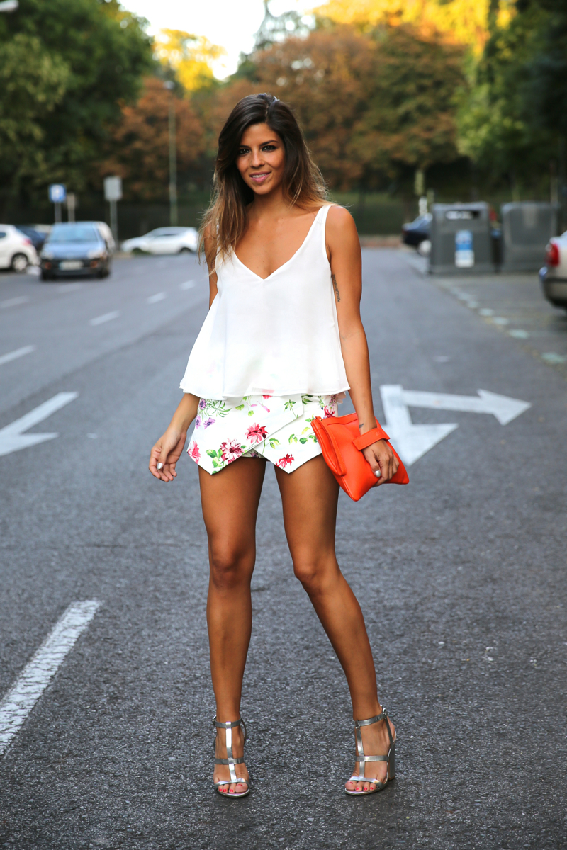 trendy_taste-look-outfit-street_style-ootd-blog-blogger-fashion_spain-moda_españa-sandalias_plateadas-silver_sandals-flower_print-falda_flores-top_blanco-12
