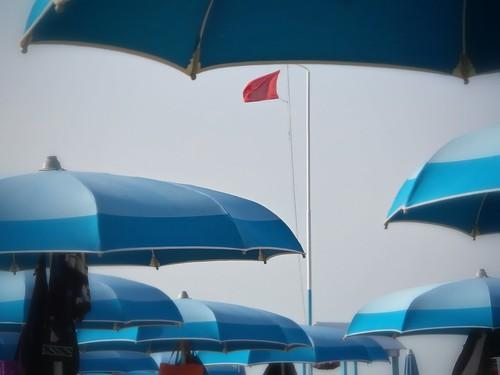 Bandiera rossa al mare by Ylbert Durishti