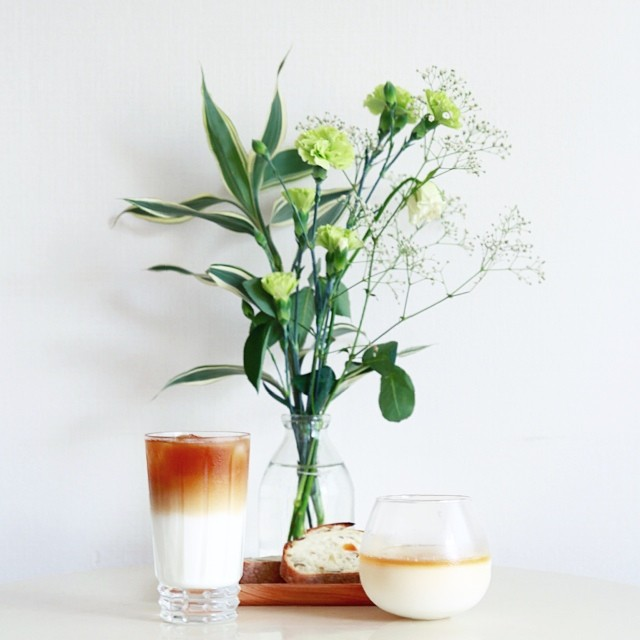 グッドモーニングコーヒー。今日は蜂蜜カフェオレとSURIPUのトロピカル。夢の組み合わせ。うまい!