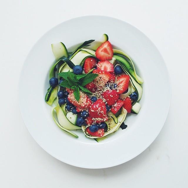 Strawberries week, raw salad. Strawberries, blueberries, mint, courgette/zucchini, hemp seeds, extra virgin olive oil, lemon juice. #raw #salad #vegetarian #vegan  #happydesksalad #desklunch #desk #rawfood #rawvegan #veg #veganfood #veganshare #cleaneat